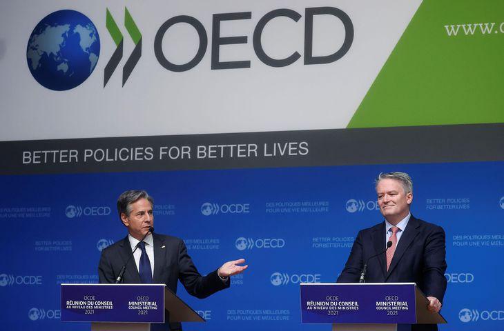 6日、パリで開かれたOECD閣僚理事会の記者会見に出席するブリンケン米国務長官(左)ら(ロイター=共同)