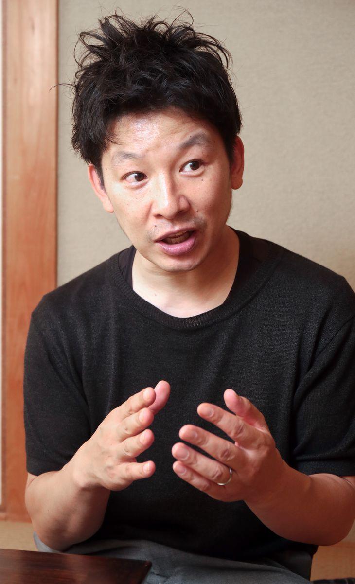 絞り染めの魅力を語る「丸太遠藤」の3代目、遠藤豊延さん(渡辺恭晃撮影)