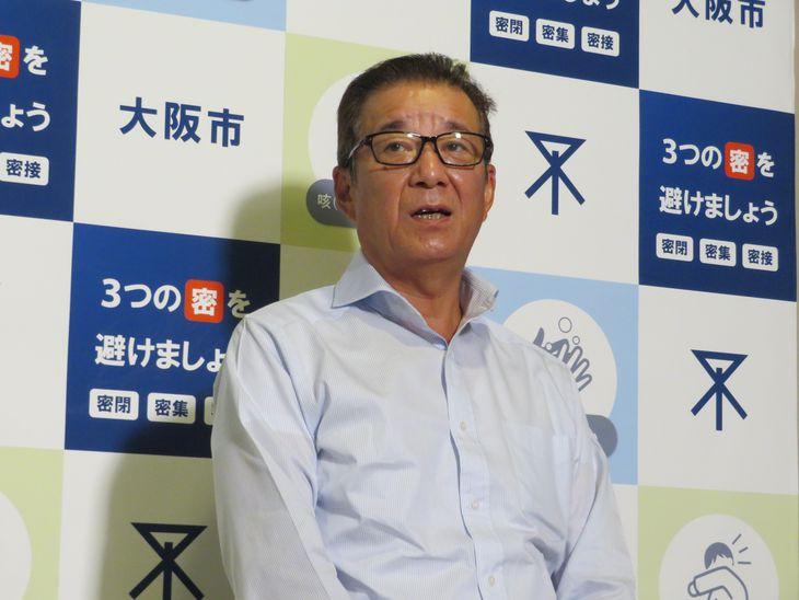 記者団の取材に答える大阪市の松井一郎市長=7日午後、市役所(矢田幸己撮影)