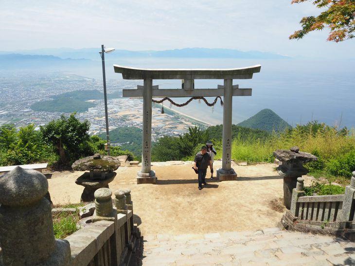 石段270段を上ってたどり着く「天空の鳥居」。周囲は開けており、晴れていれば眺望は抜群=6月20日、香川県観音寺市の高屋神社本宮