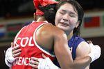 女子フライ級準々決勝でコロンビア選手(左)に勝利し、健闘をたたえ合う並木月海=両国国技館