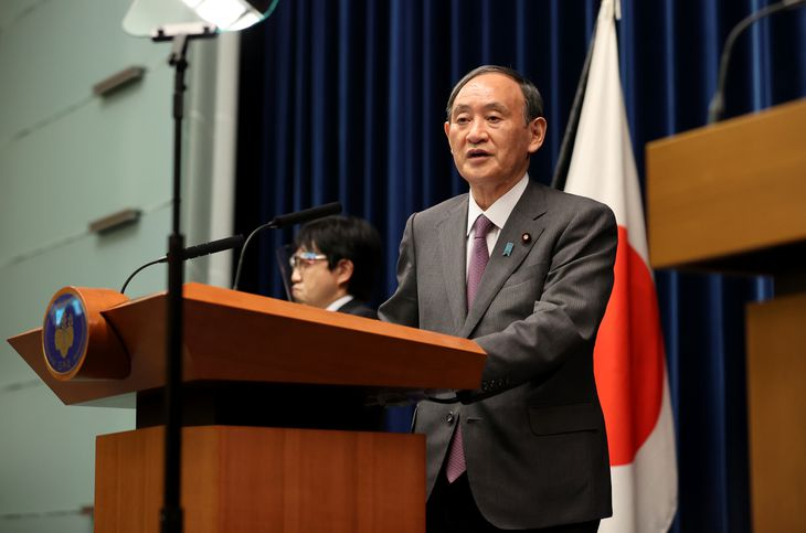 緊急事態宣言の対象地域拡大などについて記者会見する菅義偉首相=25日午後9時5分、首相官邸(代表撮影)
