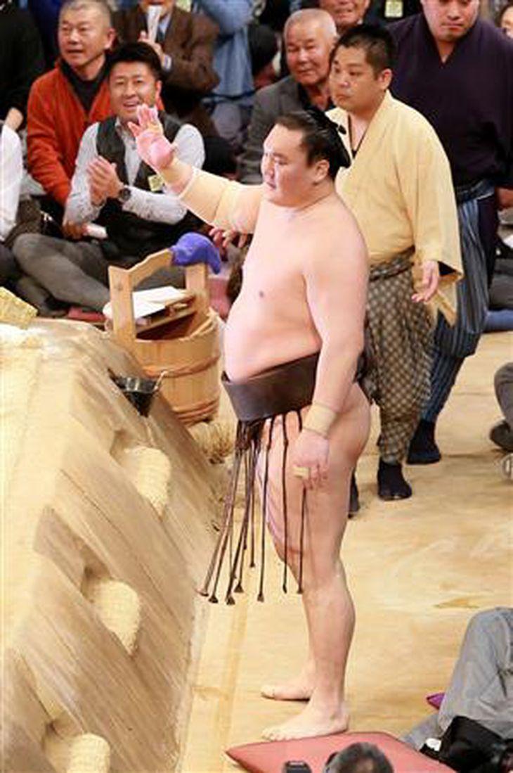 大相撲九州場所11日目、白鵬は取り組み終了後に右手を挙げ待ったをアピールした