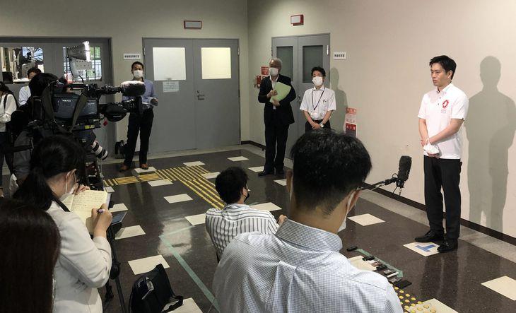 記者団の質問に答える大阪府の吉村洋文知事(右)=26日午後、大阪市中央区の大阪府庁