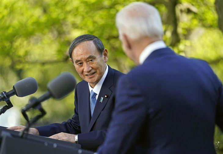 会談後、共同記者会見する菅首相(左)とバイデン米大統領=16日、ワシントンのホワイトハウス(AP)