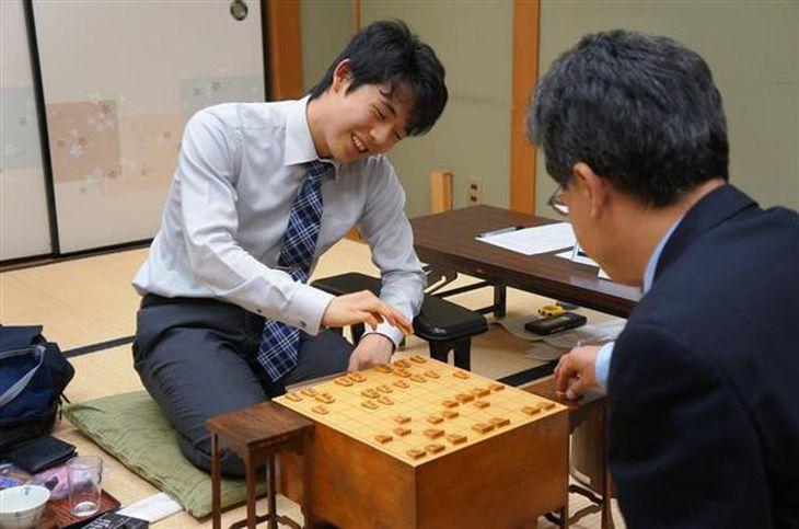 脇謙二八段(右)に勝ち、対局を振り返る藤井聡太四段=2日午後、大阪市福島区の関西将棋会館