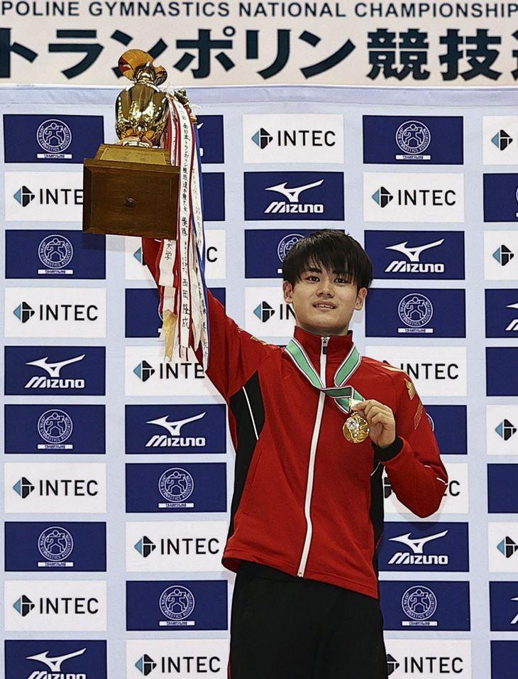 男子個人で2連覇した西岡隆成=大阪府熊取町立総合体育館