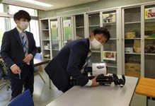 官僚ユーチューバー「TASOGARE(タソガレ)」こと松岡慧さん(左)と「タガヤセキュウシュウ」の白石優生さん。「バズマフ」のツートップだ=東京・霞が関の農林水産省