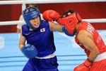 ボクシング・女子フェザー級決勝でネストイ・ペテシオを攻める入江聖奈=3日、両国国技館(松永渉平撮影)