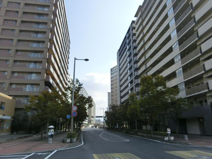 高層マンションが建つJR南草津駅周辺。午前0時台でも大阪、京都からの直通電車が運行している=滋賀県草津市