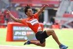 男子走り幅跳び決勝で、6回目に挑んだ橋岡優輝。8メートル10を記録し6位入賞した=2日、国立競技場(桐山弘太撮影)
