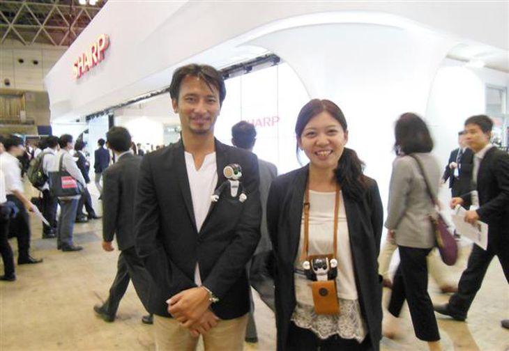共同開発者のロボットクリエイターで東京大学先端科学技術研究センター特任准教授の高橋智隆さんからはさまざまなアドバイスをもらった(シャープ提供)