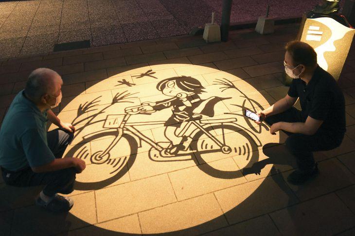 「水木しげるロード」に登場した秋バージョンの妖怪影絵=5日夜、鳥取県境港市
