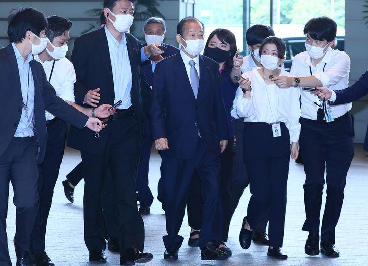 官邸に入る自民党の二階俊博幹事長=6日午後、首相官邸(春名中撮影)