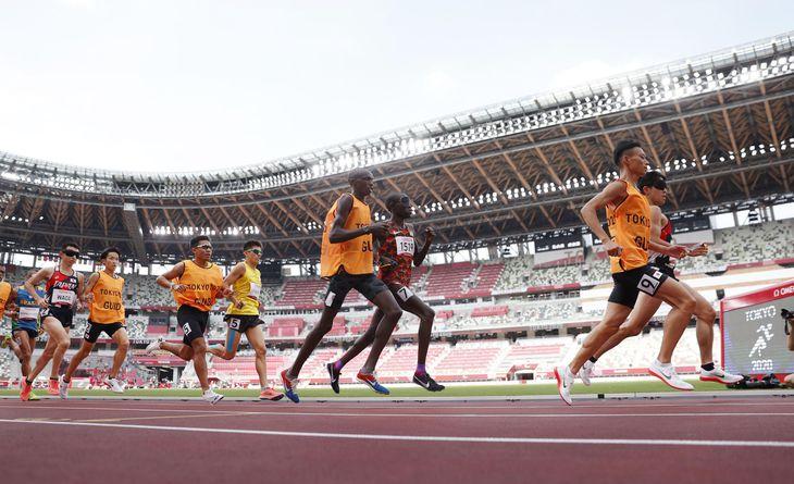 東京パラリンピック陸上競技の男子5000メートル(視覚障害T11)の選手ら。右端は銀メダルを獲得した唐沢剣也。左端は銅メダルの和田伸也 =8月27日、国立競技場