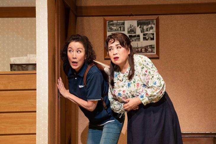 舞台「喜劇 老後の資金がありません」に出演する渡辺えり(右)と高畑淳子(松竹提供)