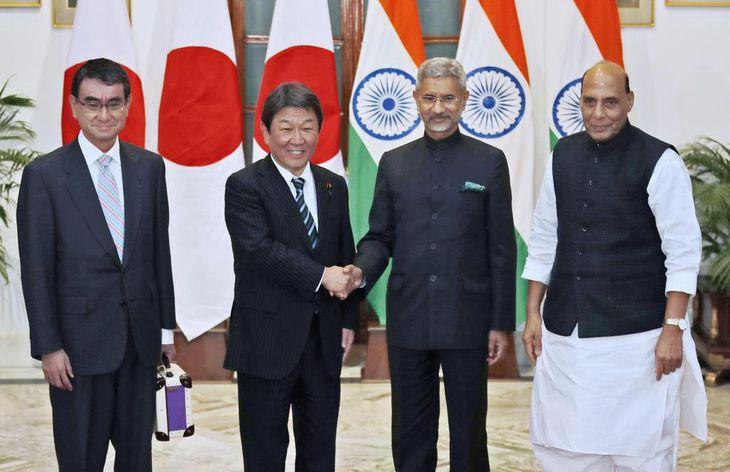 日印外務・防衛閣僚協議で、インドのジャイシャンカル外相(中央右)と握手する茂木外相(同左)。左端は河野防衛相、右端はシン国防相=30日、ニューデリー(AP)