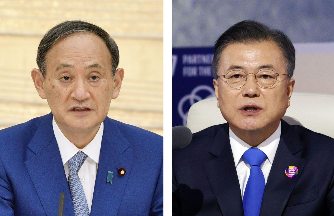 (左から)菅義偉首相、韓国の文在寅大統領(聯合=共同)