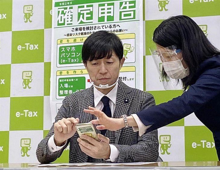 e-Taxを使った確定申告の手続きを体験する武豊騎手(左)=16日午後2時半、大阪市中央区