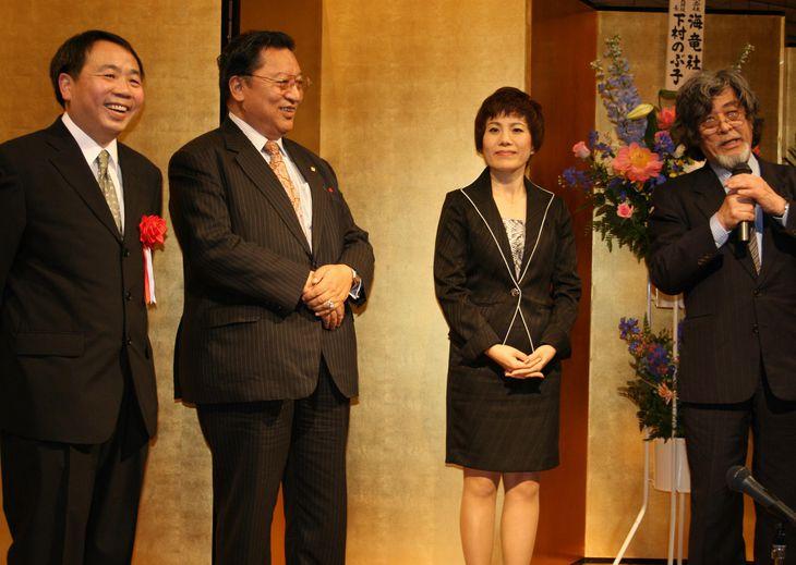 日本国籍の取得を祝い、知人らがパーティーを開いてくれた(左より本人、ペマ・ギャルポ氏、呉善花氏、黄文雄氏) =平成20年、東京都内