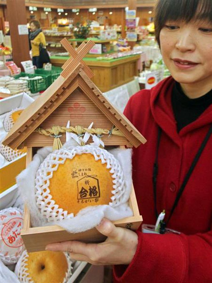 販売が始まった「合格まちがい梨」=島根県安来市の道の駅「あらエッサ」(小林宏之撮影)