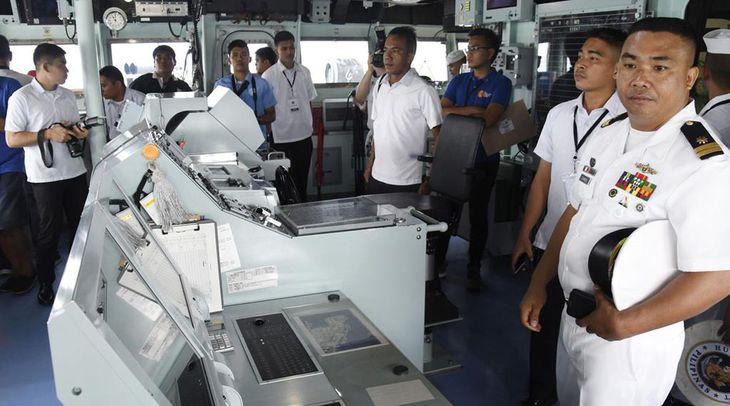 海上自衛隊の護衛艦「いずも」の艦橋を視察するフィリピンの海軍やメディア関係者ら=6月30日、フィリピン北部スービック港(共同)