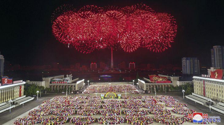 朝鮮労働党創建76年を祝い、打ち上げられた花火=10日、平壌の金日成広場(朝鮮中央通信=共同)