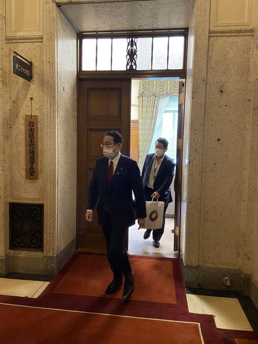 会談を終え、参院議員会長室を出る岸田氏=15日午後、東京・永田町の国会内(永原慎吾撮影)