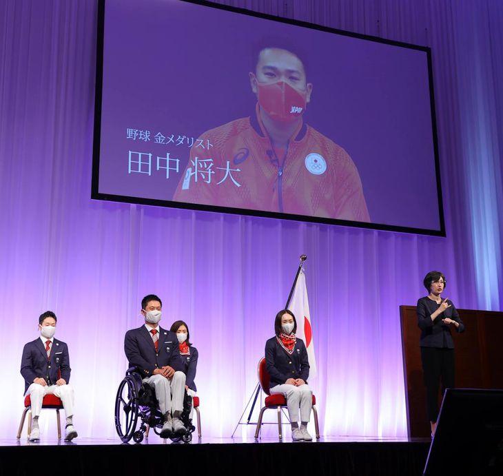五輪野球金メダルの田中将大から激励を受ける日本選手団の(前列左から)国枝慎吾主将、浦田理恵副主将