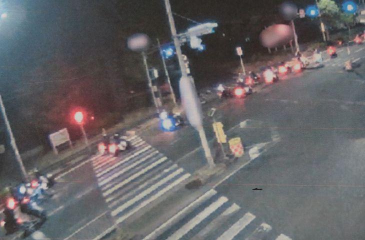 ミニバイクに乗って暴走行為をする少年たち=昨年11月、大阪府内(大阪府警提供)