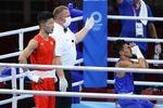 ボクシング男子フライ級準決勝で、フィリピン選手に負けたが、銅メダルを獲得した田中亮明(左)=5日、両国国技館(納冨康撮影)