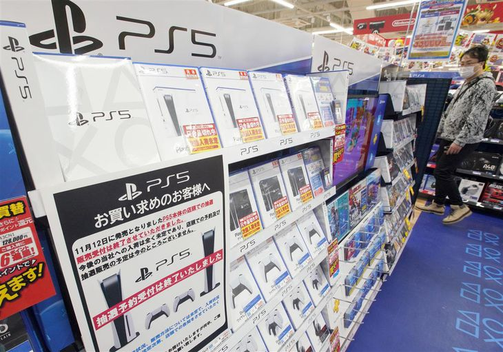 店頭で品切れが続くプレイステーション5=昨年12月4日、大阪市中央区のエディオンなんば本店(前川純一郎撮影)