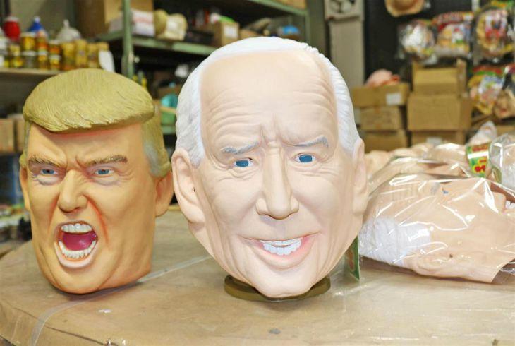 玩具メーカー「オガワスタジオ」が製造しているゴム製マスク。米大統領選で当選確実となったバイデン前副大統領や、現職のトランプ米大統領を模している=さいたま市大宮区(竹之内秀介撮影)