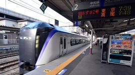 JR中央線の特急が運転を再開し、甲府駅のホームに滑り込む東京行きの「あずさ2号」=28日午前7時40分ごろ(渡辺浩撮影)