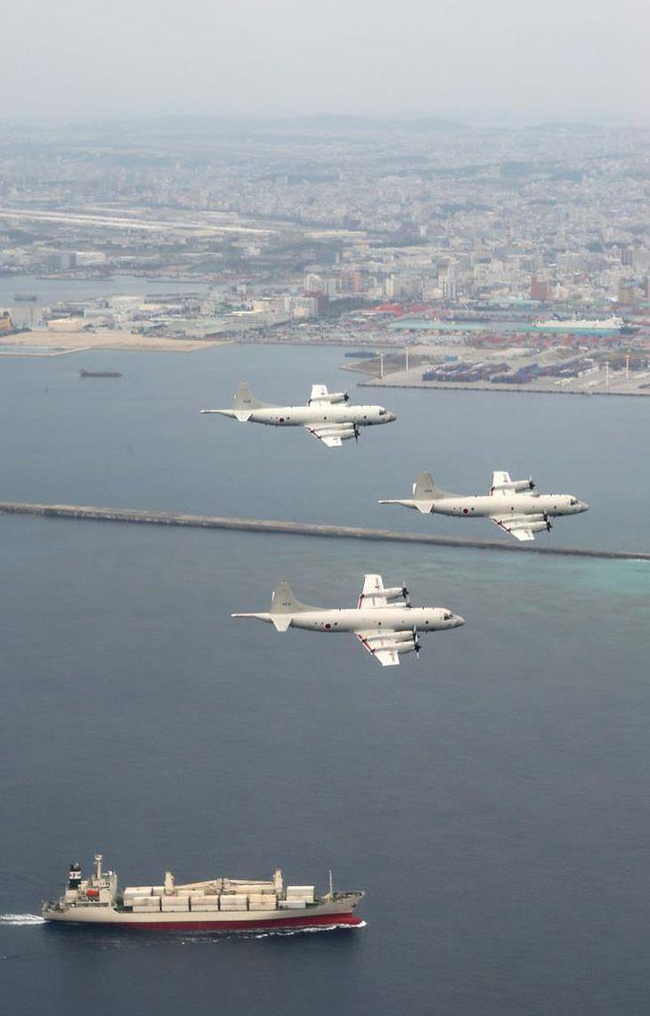 尖閣諸島海域を警戒、監視する海上自衛隊第5航空群(那覇航空基地)。哨戒機P3C、3機による編隊飛行を披露した=平成25年1月7日、東シナ海上空(松本健吾撮影)