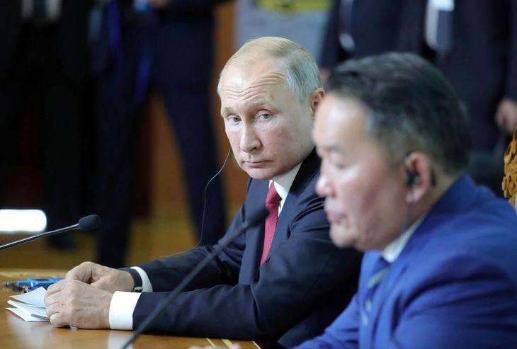 ウランバートルで3日、首脳会談後の記者会見に臨むプーチン露大統領(左)とモンゴルのバトトルガ大統領(ロイター)
