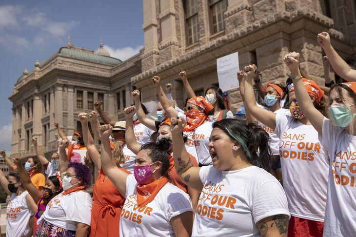 1日、米テキサス州で、人工妊娠中絶を大幅に制限する州法に抗議する女性たち(Jay Janner/Austin American―Statesman提供・AP=共同)