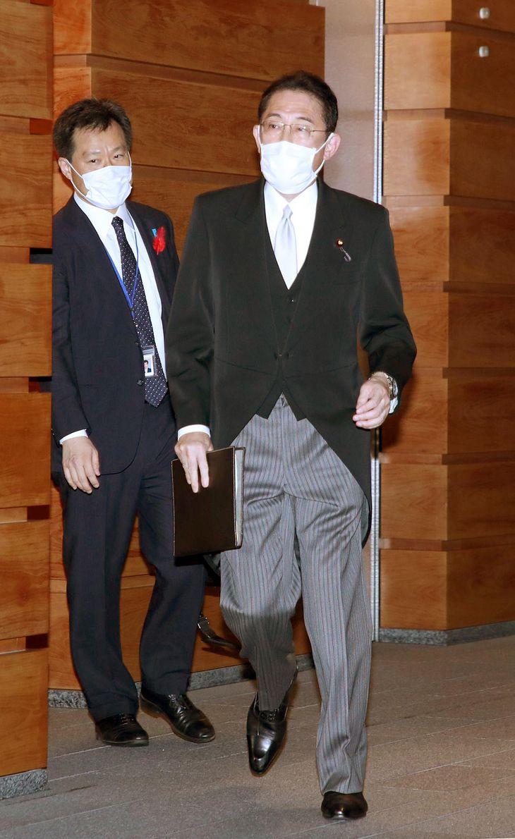 認証式のため皇居へ向かう自民党の岸田文雄総裁=4日午後、首相官邸(矢島康弘撮影)