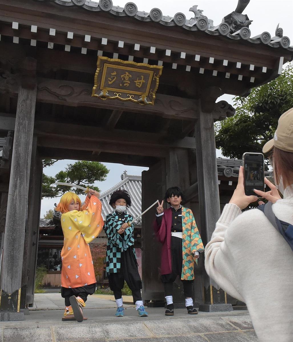 「鬼滅の刃」のキャラクターに扮して記念撮影をする人たち=和歌山県紀の川市の甘露寺