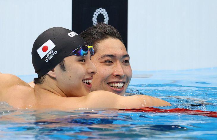 レース後、笑顔の瀬戸大也と萩野公介(右)=30日、東京アクアティクスセンター(納冨康撮影)