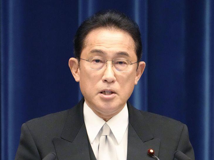 新内閣発足後、初めての記者会見をする岸田文雄首相=4日午後9時2分、首相官邸