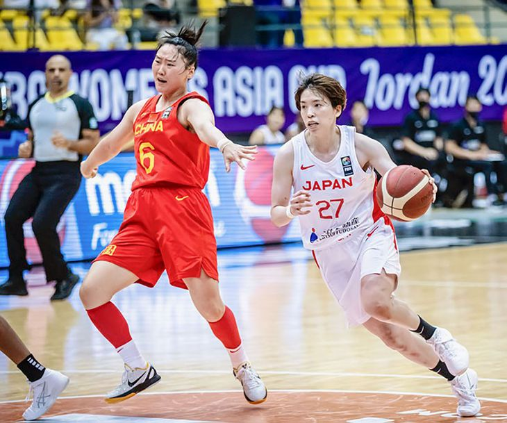 決勝の中国戦で攻め込む林(右)=アンマン(国際バスケットボール連盟提供・共同)