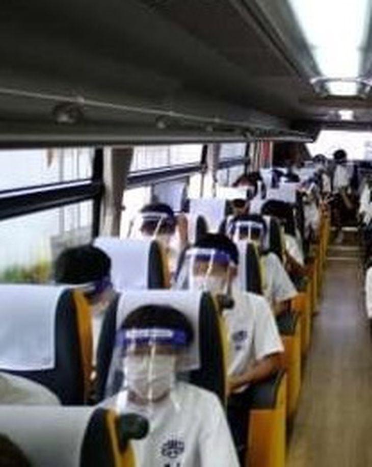 大阪市立菫中学校の修学旅行。バス車内ではマスクとフェースシールドを着用し、会話は禁じられた(同校提供)