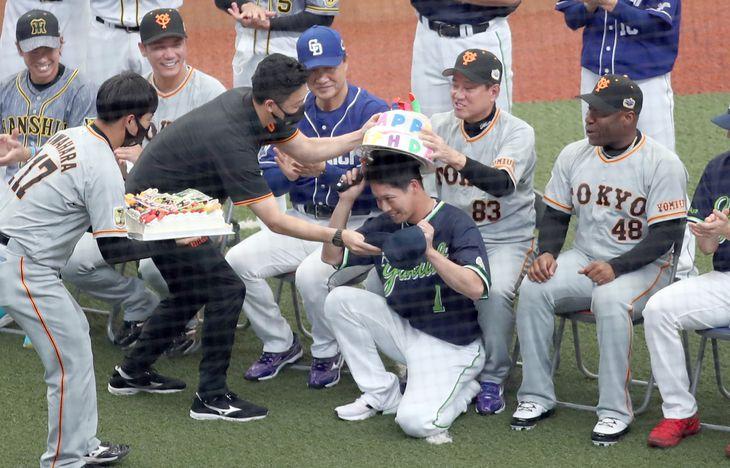 この日、誕生日を迎えたヤクルト・山田哲人(中央)にサプライズで贈られたバースデーケーキ。巨人・原辰徳監督は、ケーキ型のかぶり物を頭にのせるサポートを=メットライフドーム(撮影・矢島康弘)