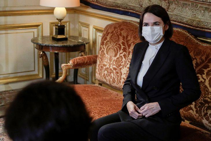 フランス外相と会談するベラルーシ反政権派のチハノフスカヤ氏=9月、パリ(ロイター=共同)