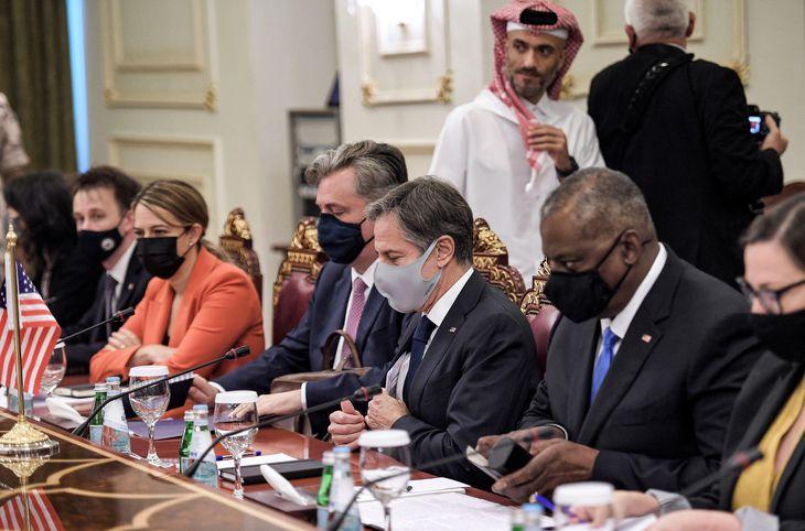7日、ドーハで、カタールの副首相らと会談するブリンケン米国務長官(右から3人目)とオースティン米国防長官(同2人目)=ロイター
