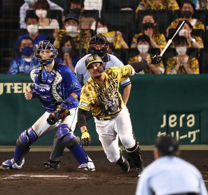 9回、適時打を放つ阪神・ジェフリー・マルテ=甲子園球場(撮影・宮沢宗士郎)