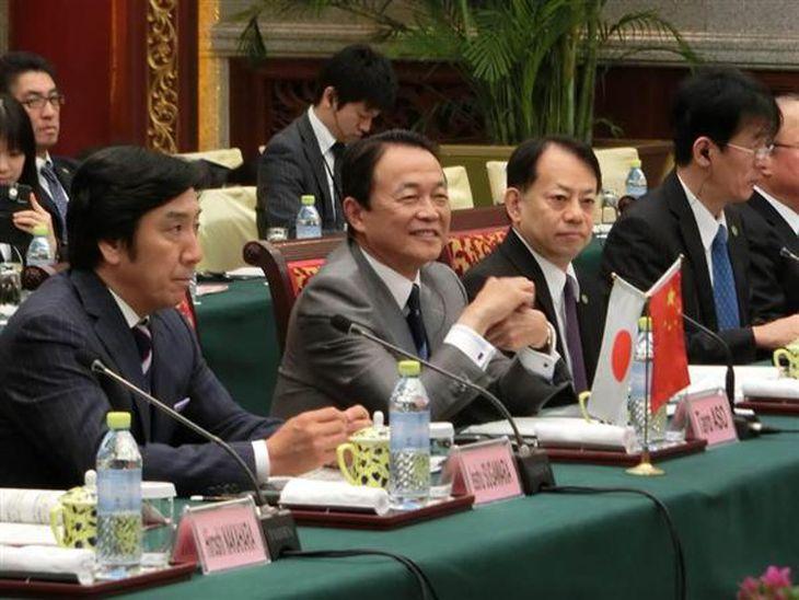 6日開催した日中財務対話で楼中国財政相と意見交換する麻生副総裁兼財務相