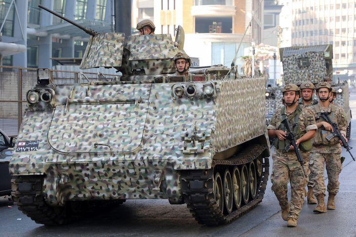 14日、レバノン・ベイルートで銃撃戦後、警戒に当たる兵士たち(ロイター)