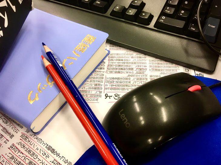 校閲作業で使う「産経ハンドブック」。校閲部員の必需品です